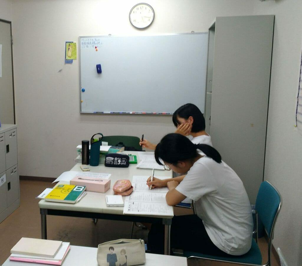 あすか塾の自習室で試験勉強に励む高校3年生