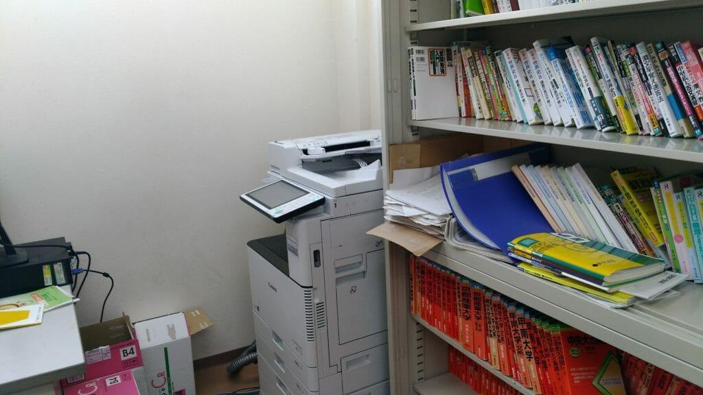 あすか塾3階コピー機と参考書棚