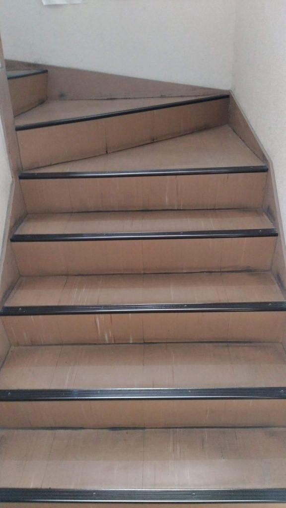あすか塾甲子園校1階から2階への階段