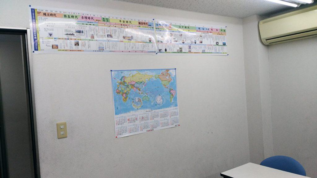 あすか塾甲子園校2階教室の壁の掲示