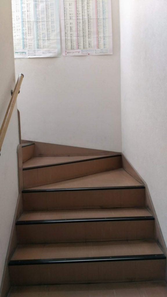 あすか塾甲子園校3階への階段