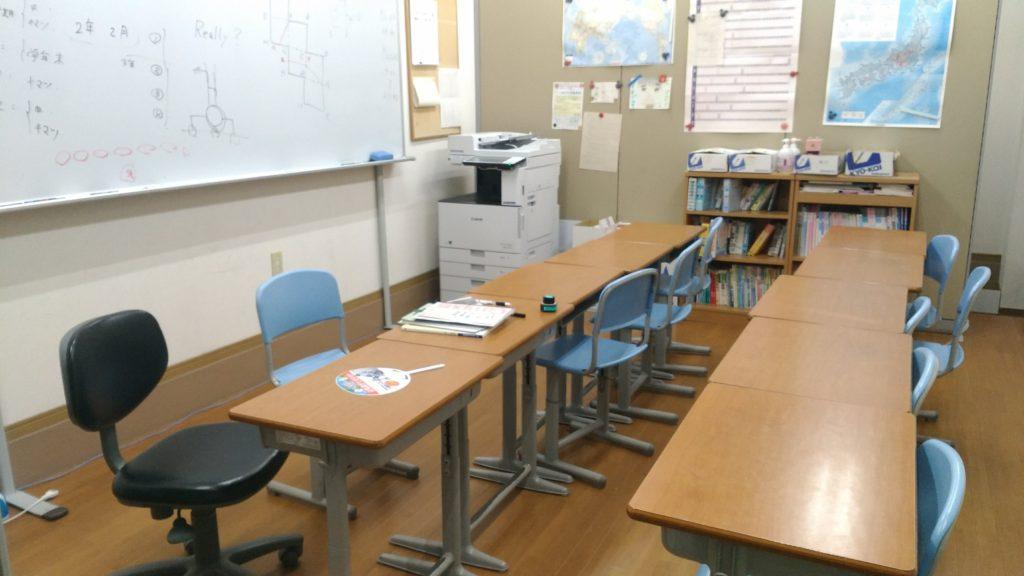 あすか塾甲東園校1階教室(入口から)